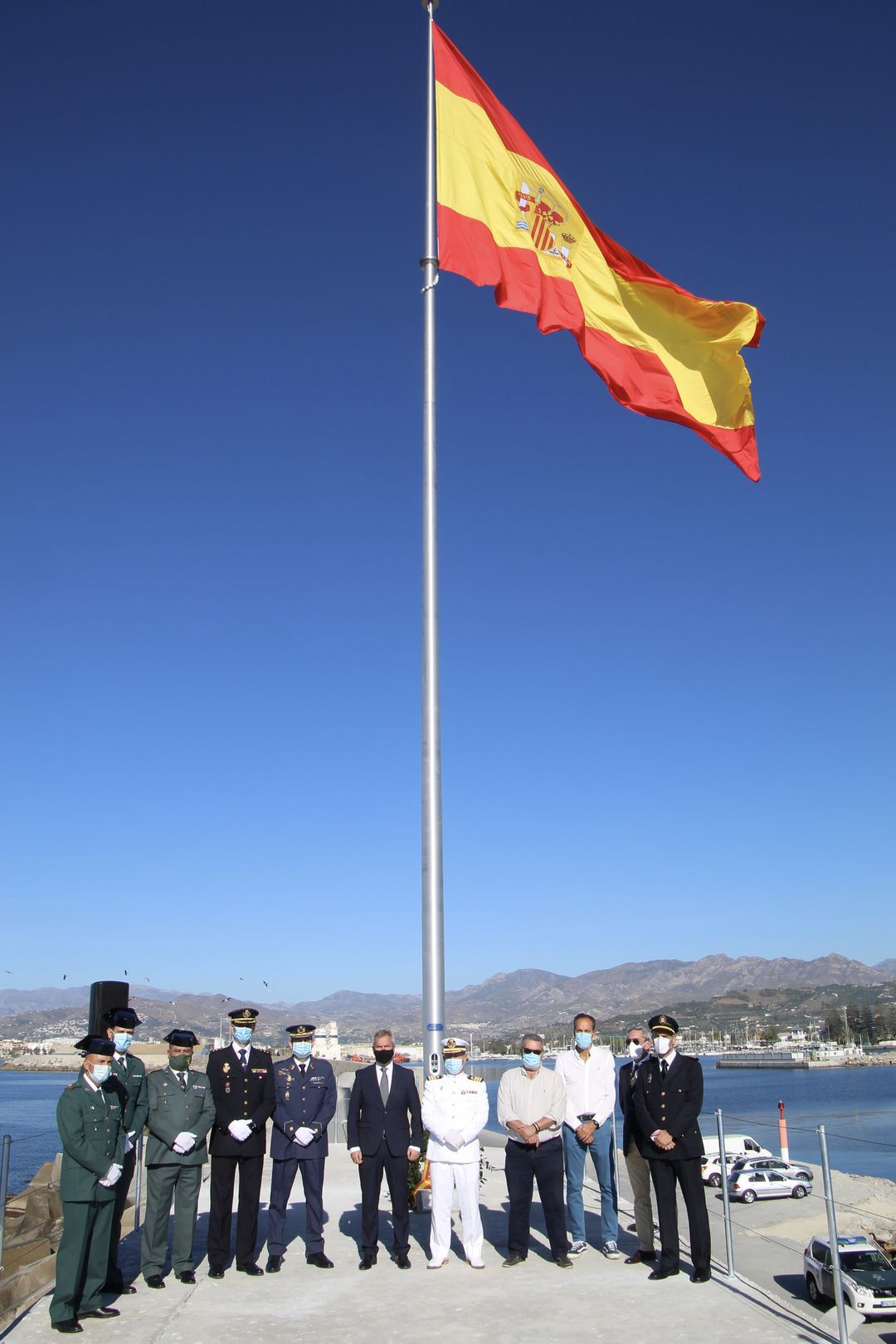 Foto autoridades asistentes al acto de izado de bandera